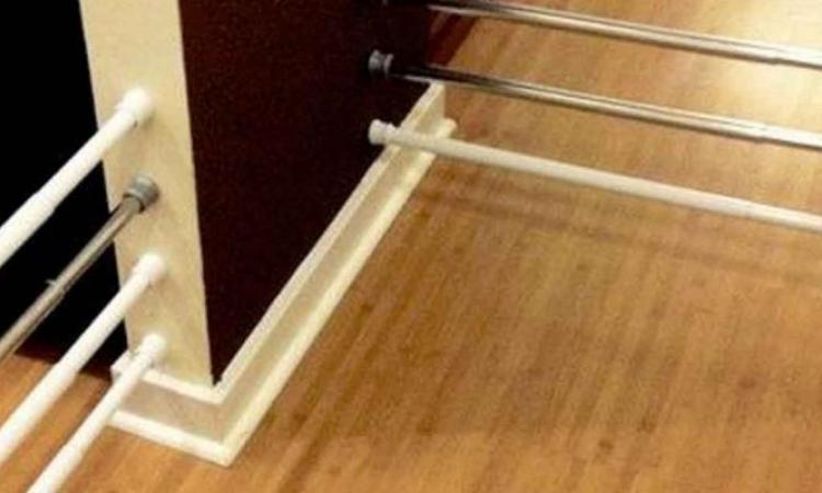 BRILLANT: Elle se procure des tringles à ressorts mais elle ne les utilise pas pour des rideaux!