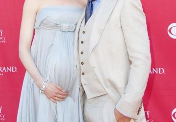 Une actrice de 49 ans dit vouloir un autre bébé...