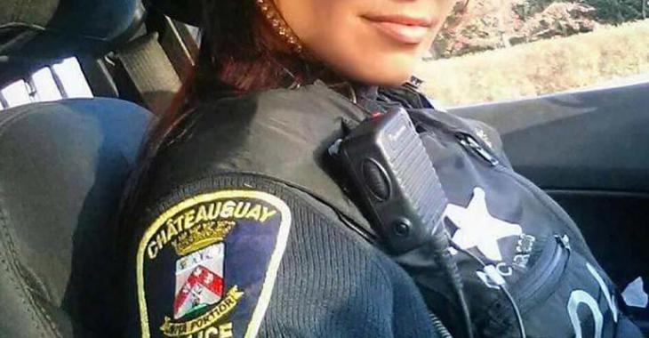 Cette photo d'une policière québécoise sexy fait le tour du monde... mais elle risque de le regretter!