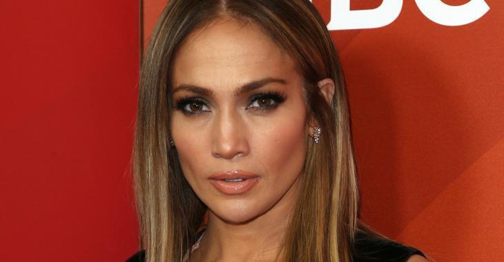 La robe de Jennifer Lopez vole la vedette sur le tapis rouge!