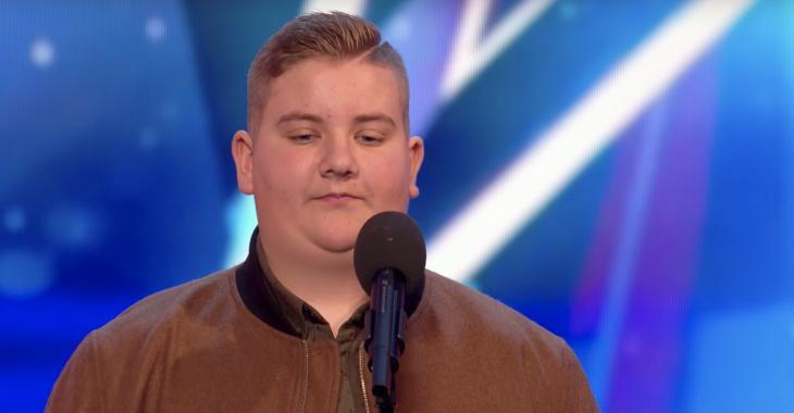 Cet adolescent revient faire les auditions après avoir été durement rejeté il y a des années