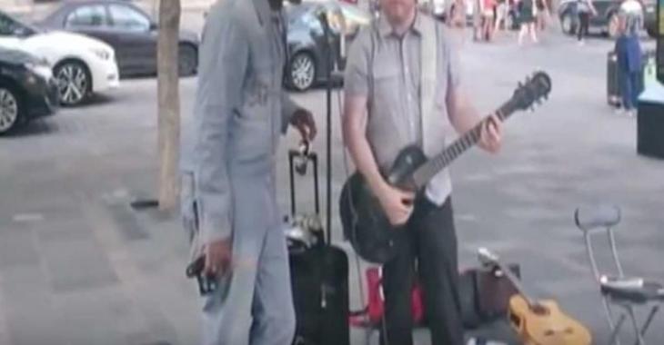 Une star internationale se promène à Montréal... et chante dans la rue!