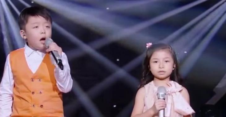 Quand ils entendent les voix de ces deux enfants, le public se met à hurler!