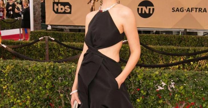 Une célèbre actrice québécoise et sa robe font un malheur sur le tapis rouge...