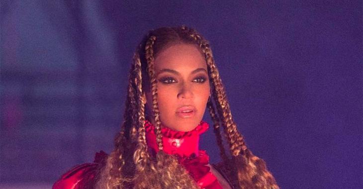 Le décolleté de la robe de Noël de Beyoncé enflamme le web!