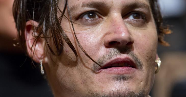 À seulement 17 ans, la fille de Johnny Depp pose seins nus!