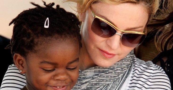 Une populaire chanteuse adopte deux jumelles en Afrique