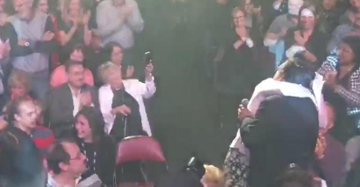 Une star québécoise interrompt son spectacle pour demander sa blonde en mariage!