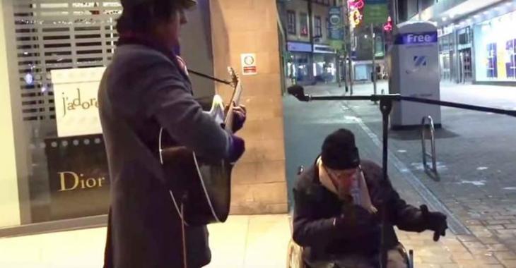 Un itinérant handicapé demande à un guitariste de lui donner son micro... la suite est MAGIQUE!