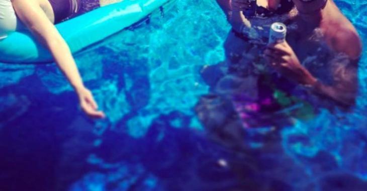 Un couple de stars québécoises se la coule douce dans la piscine!