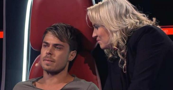 Lorsqu'il voit qui se tient sur scène, ce juge de The Voice fond en larmes!
