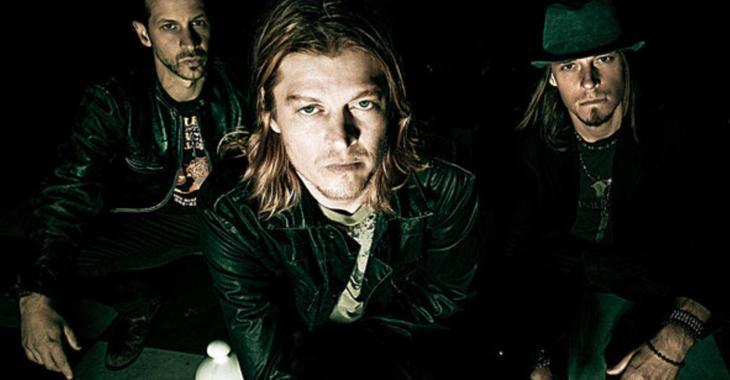 Le chanteur d'un groupe de musique bien connu arrêté pour possession d'arme...