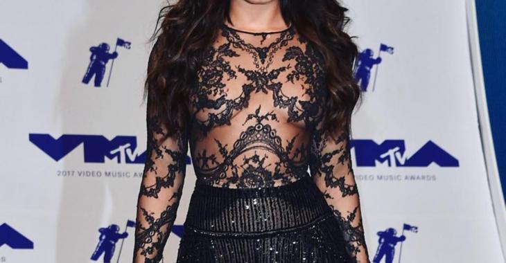 Une célèbre chanteuse fait un malheur avec sa tenue transparente sur le tapis rouge!