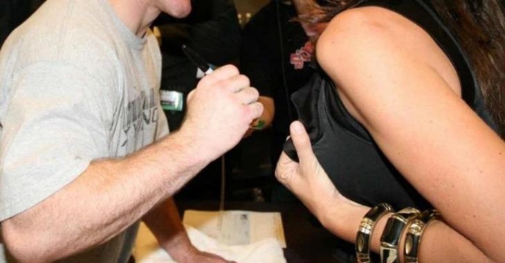 Un humoriste québécois se fait demander de signer des seins... Mais il a une mauvaise surprise!