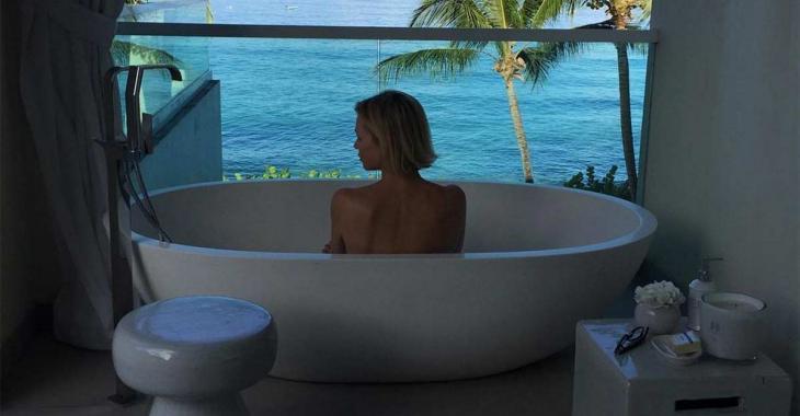 Caroline Néron est plus sexy que jamais, en bikini sur la plage...