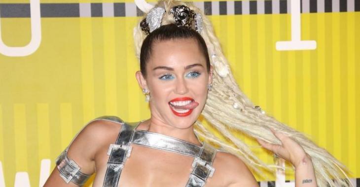 Miley Cyrus serait en couple avec quelqu'un que vous connaissez bien!