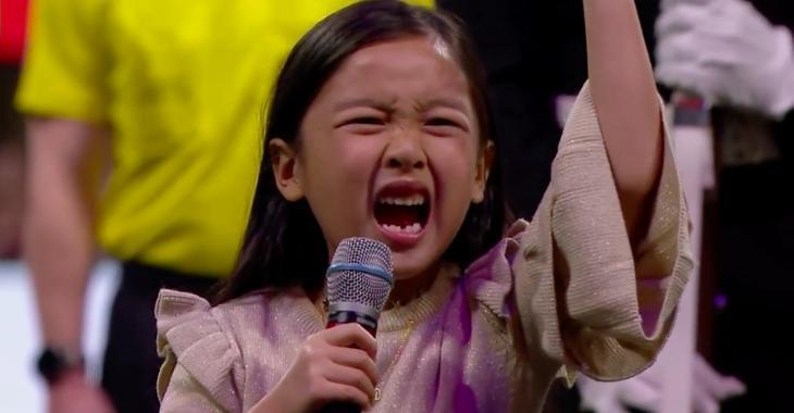 Cette petite fille de 7 ans offre la plus incroyable performance de l'hymne national que vous aurez vue!