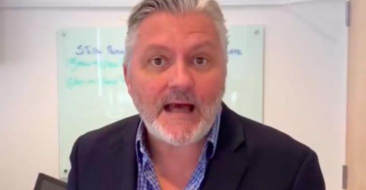 Richard Martineau fait exploser le Web en annonçant qu'il animera son émission de radio complètement nu