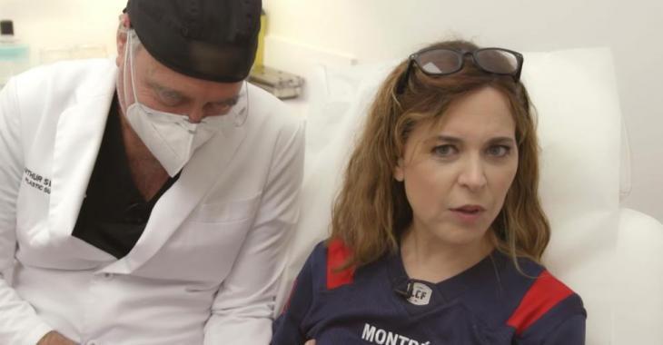 Julie Snyder montre une vidéo qui révèle sa chirurgie plastique des mains