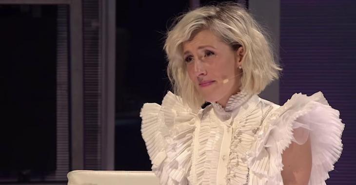 Ingrid St-Pierre émue aux larmes par la chanson que lui a offerte son conjoint à En direct de l'univers