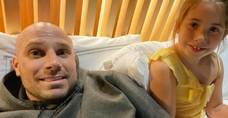 La fille d'Étienne Boulay et Maika Desnoyers vole la vedette dans une vidéo craquante où elle s'endort